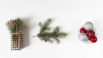 Weihnachtsgeschenk mit traditionellen Dekorationen in einer Reihe foto