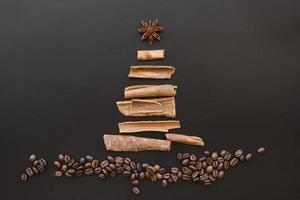 Weihnachtsbaum von der Rinde auf dunklem Hintergrund foto