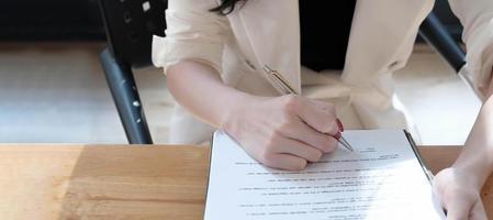 Frau, die einen Vertrag ausfüllt foto