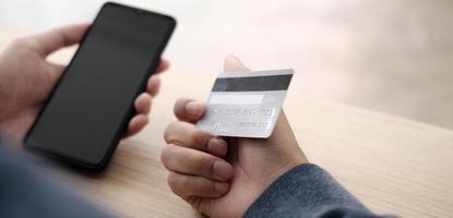 Person, die den Sicherheitscode von der Kreditkarte eingibt foto