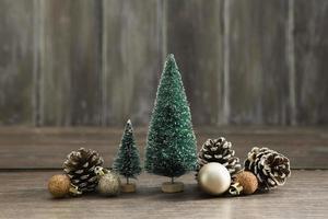 Anordnung mit Weihnachtsbäumen Tannenzapfen foto
