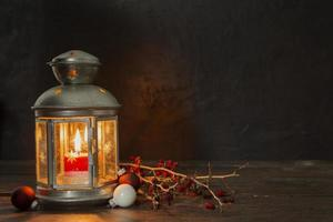 Anordnung mit alter Lampe und Zweigen foto