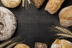 Auswahl an gebackenem Brot mit Platz zum Kopieren foto