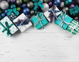 Weihnachtszusammensetzung von Geschenkboxen und bunten Kugeln foto