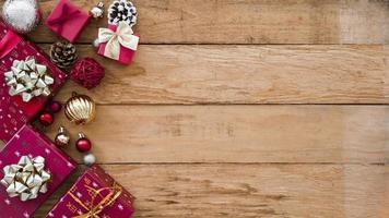Weihnachtsgeschenkboxen mit glänzenden Kugeln foto