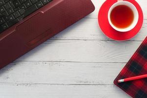 Draufsicht auf Tee und Schreibtischartikel foto