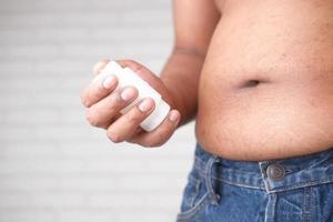 Mann hält Gewichtsverlust Pillen foto
