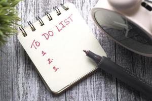 Liste Notebook auf dem Schreibtisch zu tun foto