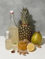 tropische Früchte mit Getränken und Honig, Komposition für Kombucha foto