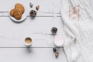 Weihnachtskompositionsplätzchen mit Kerze foto