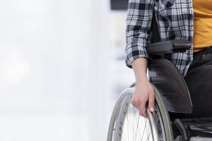 Nahaufnahme Hand, die Rollstuhlrad hält foto