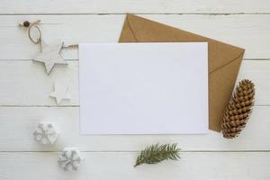 Raumkarte mit Umschlag mit Weihnachtsdekoration kopieren foto