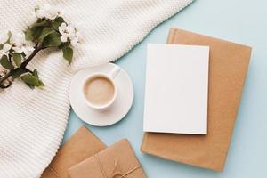 Tasse Kaffee mit Grußkartengeschenk foto