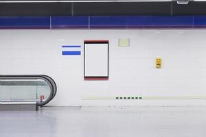 leere Werbetafeln und Werbung an der Wand der U-Bahnstation foto