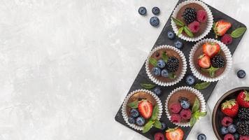 flach lag leckeres Muffin mit Waldfrüchten foto