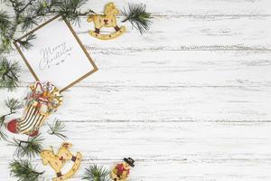 Weihnachtszusammensetzung von Zweigen mit Spielzeug foto