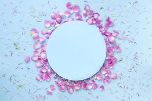 blauer Hintergrund verziert mit frischen Blütenblättern foto
