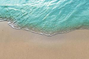 türkisfarbene Welle an einem tropischen Strand foto