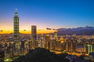 Stadtbild von Taipeh in der Nacht foto