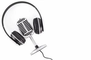 Retro-Mikrofon und Kopfhörer lokalisiert auf weißem Hintergrund foto