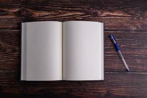 leere Notizbücher und Stifte auf den Schreibtisch gelegt foto