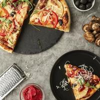 Pizzastück auf schwarzem Teller foto