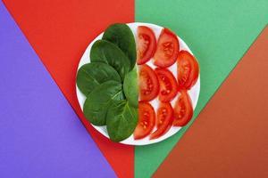 buntes Gemüsesortiment, Spinat und Tomaten foto