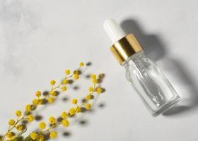 Serumflasche und Pflanzenansicht von oben foto