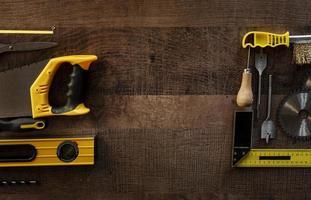 Draufsicht Holzwerkzeuge auf dem Schreibtisch foto