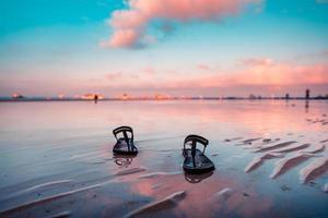 Ein Paar Hausschuhe, die am Ufer von Boracay für einen Spaziergang am frühen Morgen abgereist waren foto