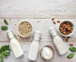 Flaschen mit verschiedener Gemüsemilch foto