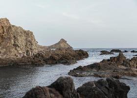 Landschaft mit Felsen und Meer foto