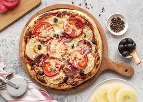Pizza mit Tomaten und Peperoni foto
