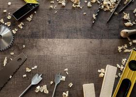 Draufsicht Holzwerkzeuge auf Schreibtisch mit Kopierraum foto