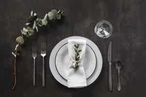 schöne Tischdekoration mit Eukalyptus foto
