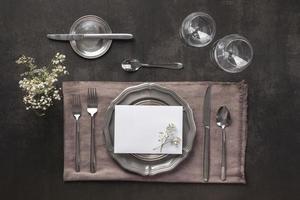 ausgefallene Tischdekoration mit Pflanze foto