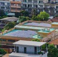 Luftaufnahme der Solarzellen auf dem Dach foto