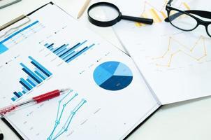 Geschäftsdiagramm und Stift foto