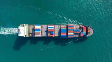Luftansicht des großen Containerfrachtschiffs foto