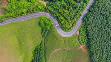 Luftaufnahme der Landstraße im ländlichen Raum, Ansicht von der Drohne foto