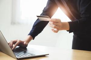 Frau, die Kreditkarteninformationen eingibt foto