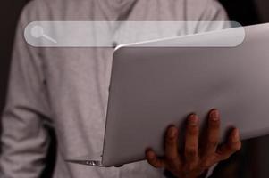 Mann benutzt einen Notebook-Computer, um Informationen zu finden foto