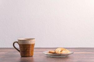 trinke Wasser und esse Kekse foto
