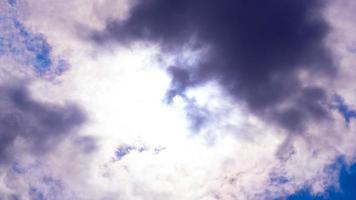 Die mystische Sonne am Himmel bricht durch die Wolken foto