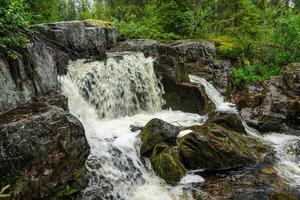 kleiner Wasserfall in einem Bach foto