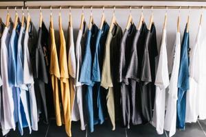 T-Shirts in einem Geschäft foto