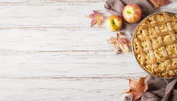 Draufsicht auf Apfelkuchen zum Erntedankfest mit Kopierraum foto