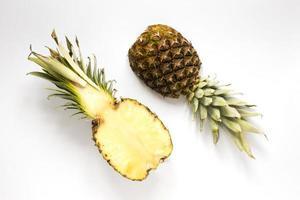 Draufsicht frische Ananas auf dem Tisch foto