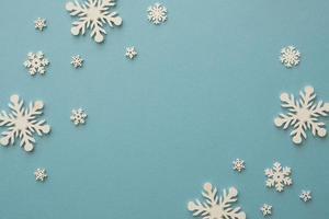 Draufsicht minimalistische weiße Schneeflocken foto