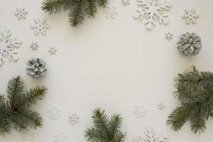 Draufsicht natürliche Kiefernnadeln mit Schneeflocken foto